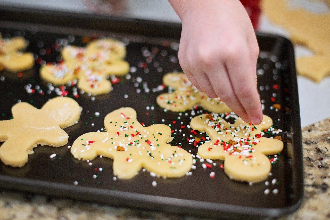 Cuisiner des gâteaux de Noël en famille pour stimuler le goût des enfants